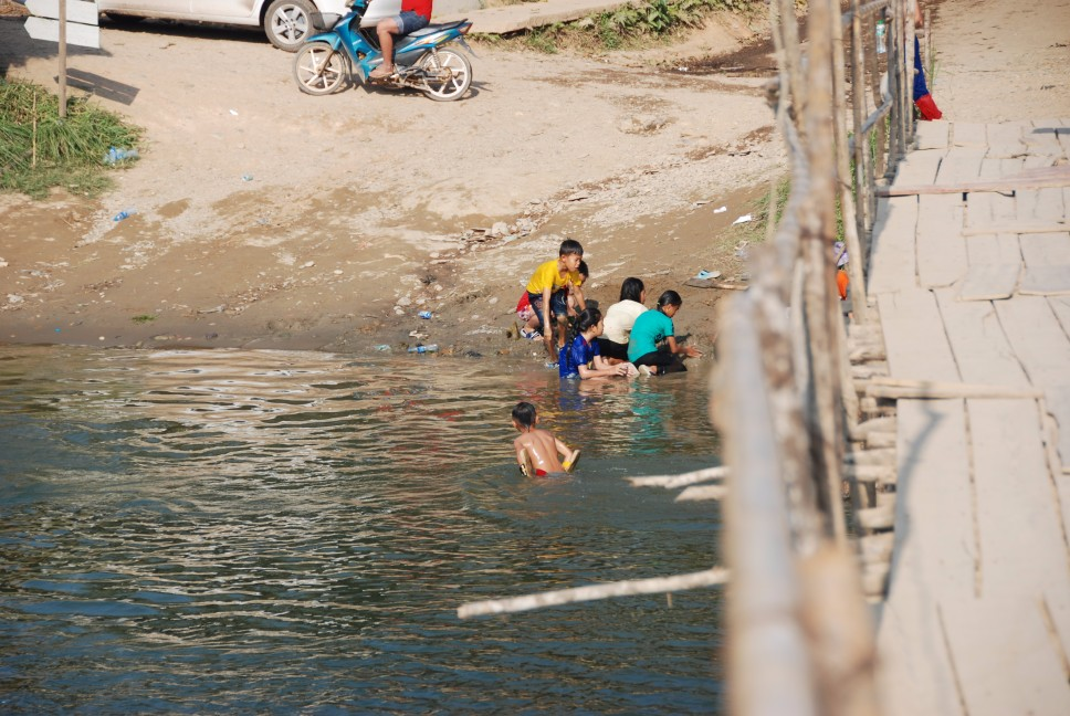 laos deti v mlake